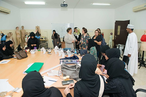 Suzy Menkes with design students at the Scientific College of Design, Oman (Foto: HERBERT FERNANDES)
