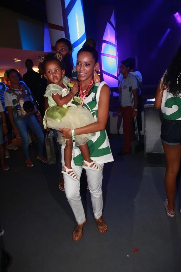 Lázaro Ramos e Thaís Araujo com seus filhos no camarote Expresso (Foto: Dilson Silva/AgNews)