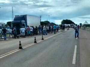 Caminhoneiros bloqueam BR-163 em São Gabriel do Oeste (Foto: Ricardo Freitas/TV Morena)