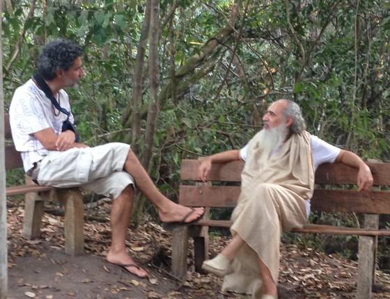 Prem Baba e eu, numa parada da trilha. O guru tem fôlego. (Foto: Giovana Calandriello)