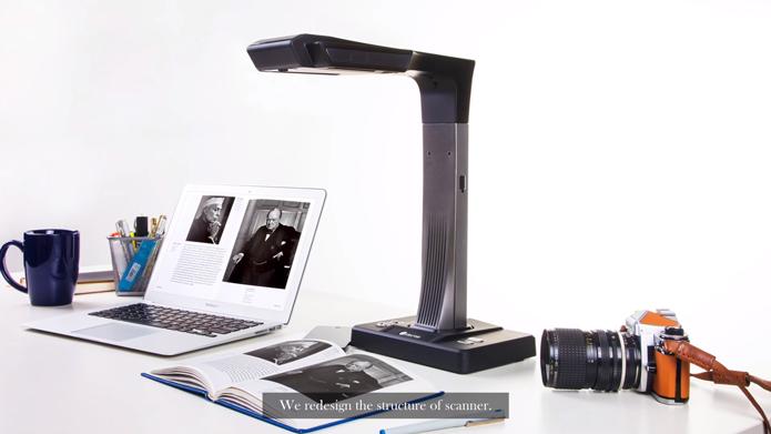 Czur funciona conectado à Internet e pode ser usado para digitalizar livros inteiros (Foto: Reprodução/YouTube)