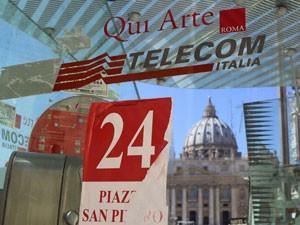 Telefone público da Telecom Italia, em frente à Basílica São Pedro, em Roma (Foto: Reuters)