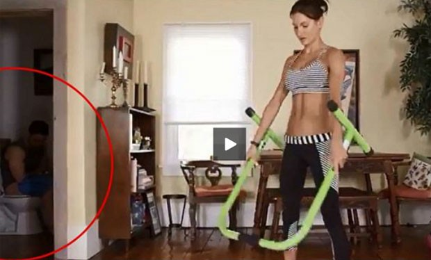 Homem foi flagrado usando o banheiro enquanto Lisa-Marie Zbozen demonstrava exercícios (Foto: Reprodução/YouTube/LoveShowers1)