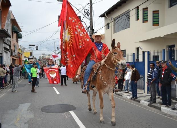 Cavaleiro na Entrada dos Palmitos, em Mogi  (Foto: Reprodução / Jenifer Carpani/G1))