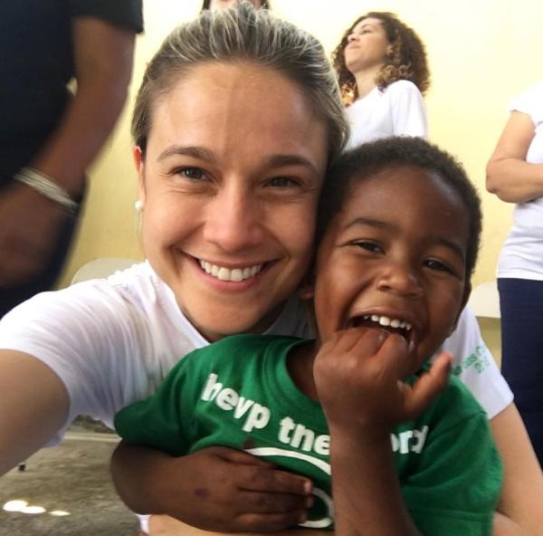 Fernanda Gentil passa o dia em campanha beneficente com crianças (Foto: Reprodução / Instagram)