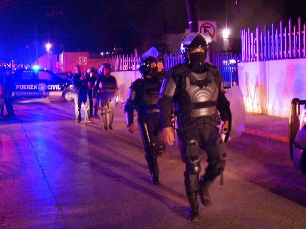 Policiais chegam a prisão de topo Chico, em Monterrey, onde detentos fizeram motim (Foto: AFP PHOTO/FRANCISCO COBOS)