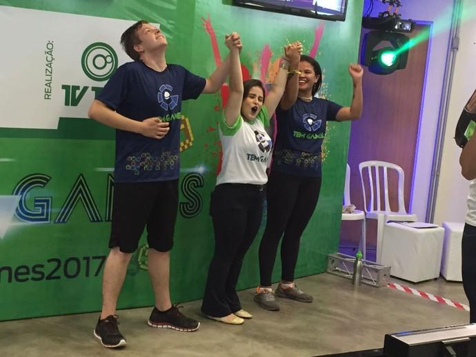 Campeão e vice do Just Dance comemoram os títulos (Foto: Gabriel Morelli/G1)
