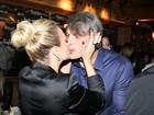 Eliana ganha beijo do namorado durante evento em São Paulo
