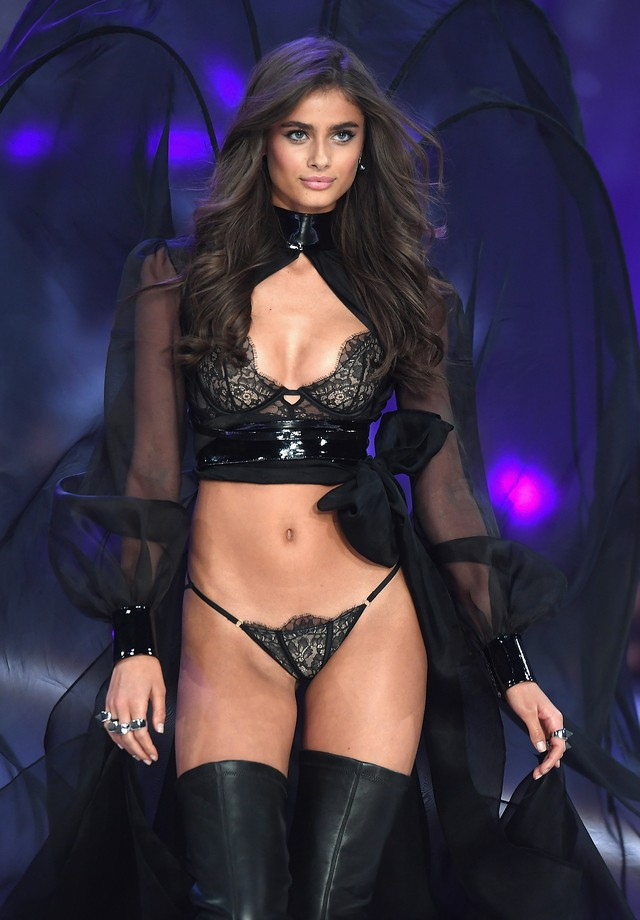 Taylor Hill na passarela do último desfile da Victoria's Secret (Foto: Getty Images)