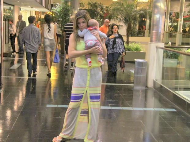 Cristiana Oliveira com o neto, Miguel, em shopping na Zona Sul do Rio (Foto: Daniel Delmiro/ Ag. News)