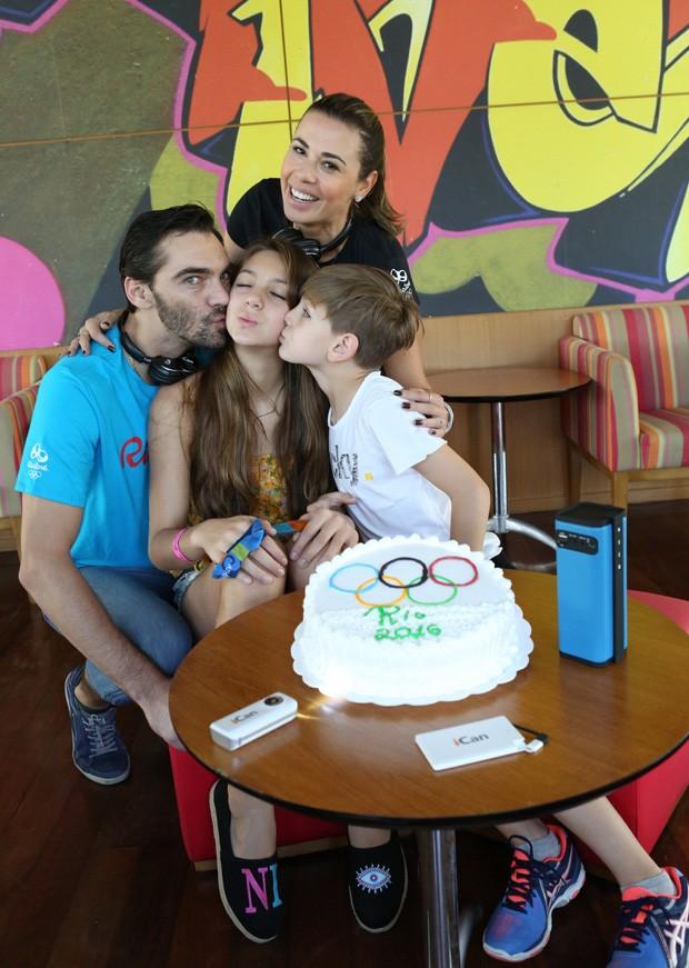 Giba, Malu e  Patrick celebram aniversário de Nicoll (Foto: Reginaldo Teixeira/Divulgação )