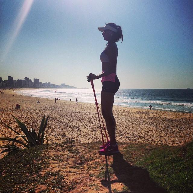 Flávia Sampaio malha logo cedo à beira mar