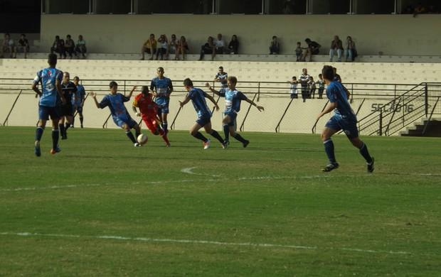 Dentro de campo, os ânimos dos jogadores também estavam aflorados, mas partida terminou no 2 a 2 (Foto: Natália de Oliveira)