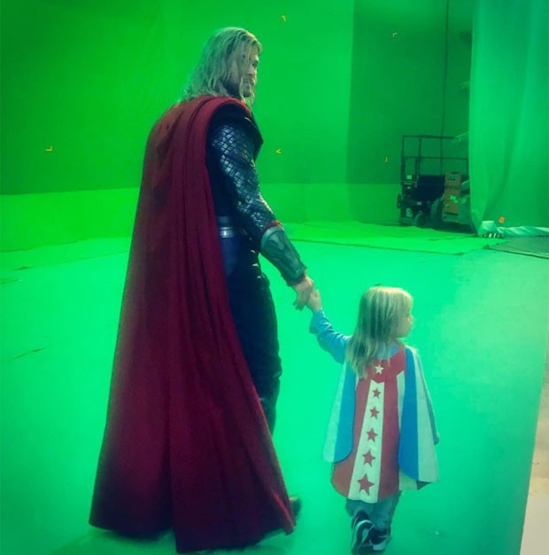 O ator levou os pequenos ao local de filmagens do filme e eles não ficaram muito animados... (Foto: Reprodução/ Instagram)