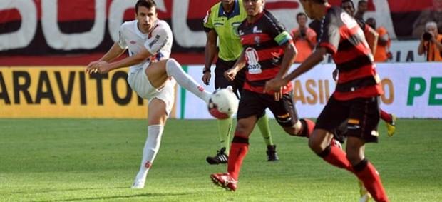 Elias, meia do Atlético-PR, contra o Vitória (Foto: Divulgação/Site oficial do Atlético-PR)