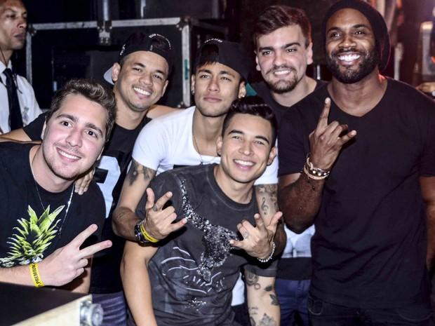 Rafael Zulu e Neymar com amigos em show em São Paulo (Foto: Leo Franco/ Ag. News)