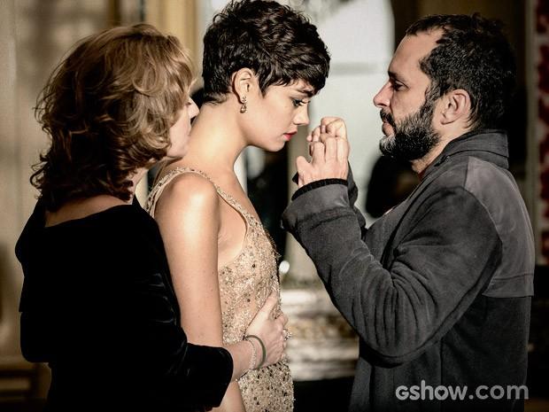 O diretor José Luiz Villamarim acompanha cena de Sophie e Patrícia Pilar (Foto: Fábio Rocha / TV Globo)