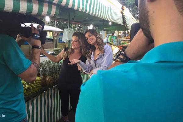 Cecília Ribeiro e a blogueira Drika em uma feira Livre de alimentos em Uberlândia (Foto: Nágila Moraes)