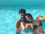 Grávida, Carol Castro curte dia de sol com o namorado na piscina