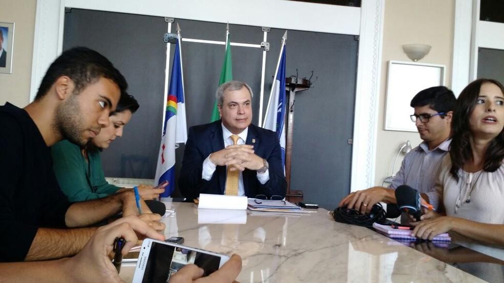 Chefe da Polícia Civil, Antônio Barros, fez anúncio em coletiva nesta sexta-feira (9) (Foto: Pedro Alves)
