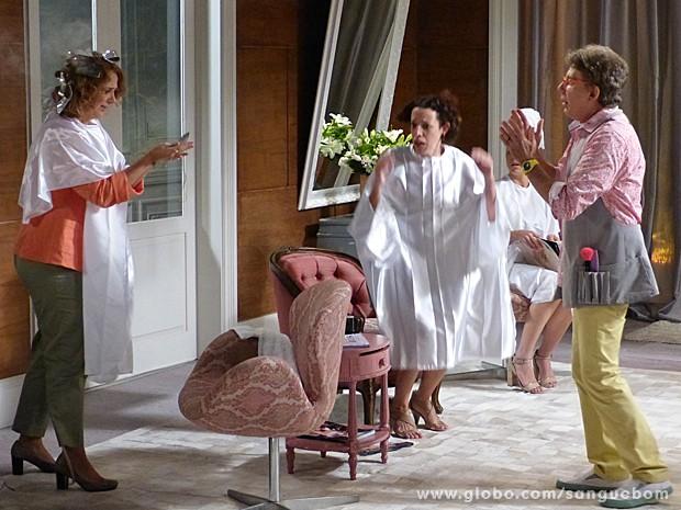 Brenda fica a-pa-vo-ra-da ao ver a fumaça na cabela e os cabelos caindo (Foto: Sangue Bom/TV Globo)