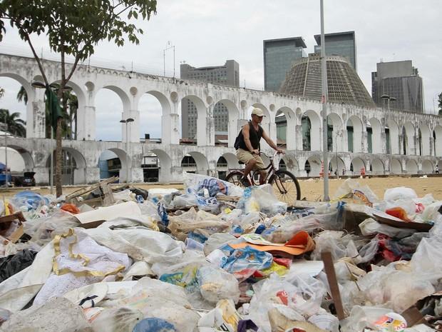 Lixo acumulado é visto na Lapa, noRio de Janeiro (RJ), na manhã desta quinta-feira (6), devido a greve dos garis da Companhia Municipal de Limpeza Urbana (Comlurb).  (Foto: Ale Silva / Futura Press / Estadão Conteúdo)