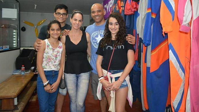 Emerson Castro, esposa e filhos Gabriel, Sofia e Sefilha (Foto: Livia Costa)
