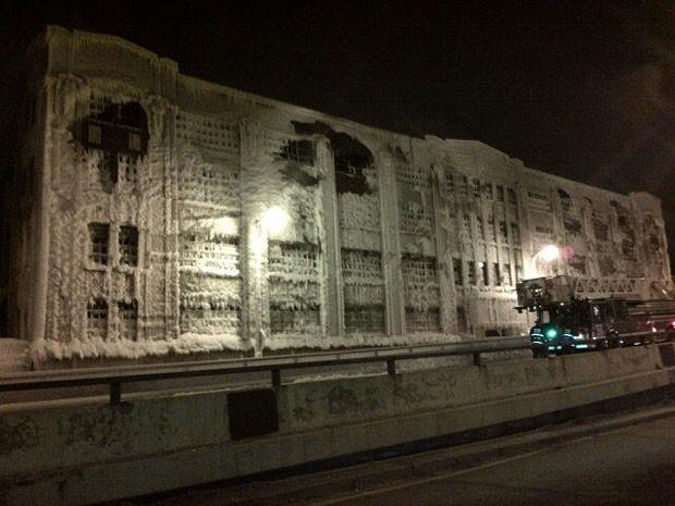 A água disparada pelos bombeiros para controlar o fogo congelou sobre a edificação (Foto: Divulgação/Departamento de Bombeiros de Chicago)