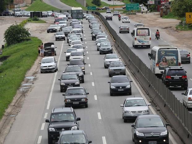 Motoristas encontraram trânsito congestionado na Rodovia Niterói-Manilha, altura de Itaboraí (Foto: Márcio Alves / Ag. O Globo )