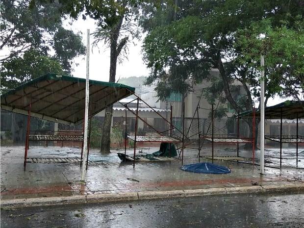 Temporal derrubou barracas na praça do bairro Cohab do Bosque, em Rio Branco, nesta quarta-feira (28) (Foto: Walcimar Junior/Arquivo Pessoal)