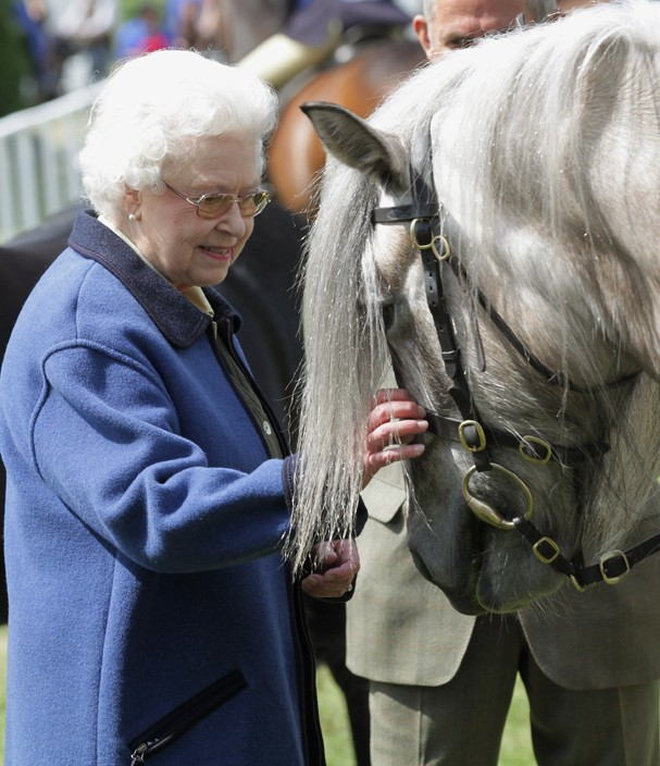 WINDSOR, ENGLAND - MAY 13:  Queen Elizabeth II attends Windsor Horse Show on May 12, 2011 in Windsor, England.  (Photo by Chris Jackson/Getty Images) (Foto: Getty Images)