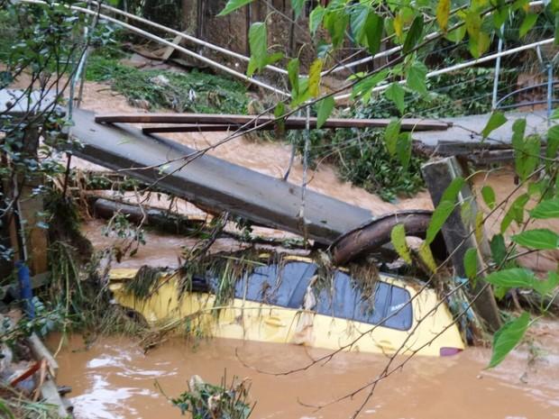 Carros foram danificados pelas chuvas que caíram no Paraná nesta segunda (22) (Foto: Tony Mattoso/RPC)