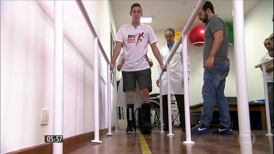 Jakson Follmann começa a testar prótese da perna em clínica de SP