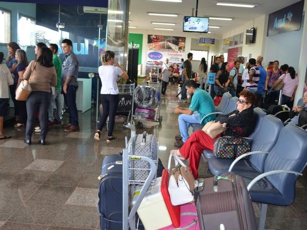 913d311c6dd Passageiros da Azul aguardam por voo em Cacoal
