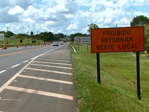 Placa avisa sobre conversão proibida na área de obras entre São Carlos e Ribeirão Preto (Foto: Reprodução/EPTV)