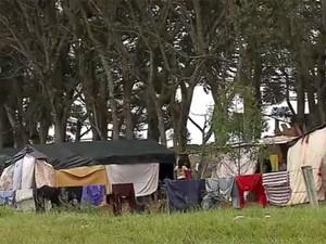 Famílias ocupam terreno da escola técnica (Foto: RBS TV/ Reprodução)