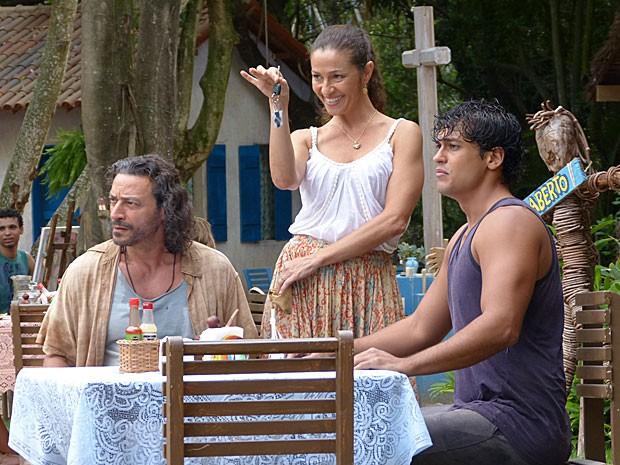 Bibiana avisa que agora o quisoque terá uma caminhonete (Foto: Flor do Caribe / TV Globo)