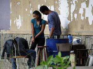 Dinha faz charme e distrai os sequestradores (Foto: Cheias de Charme / TV Globo)