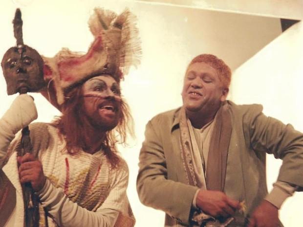 Guilherme Telles contracena com César Boaes no espetáculo 'Marat Sade' (Foto: Facebook/CésarBoaes)
