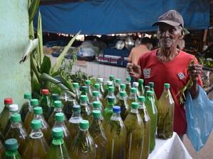 Sebastião prepara banho com ervas a mais de 50 anos. (Foto: Glebson Viana/G1)