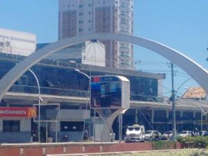 Termômetro da Rodoviária Roberto Silveira marcava 35º C às 13:35 (Foto: Stella Freitas/ G1)