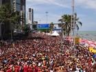 Milhares acompanham o 'Camburão' (Katherine Coutinho / G1)