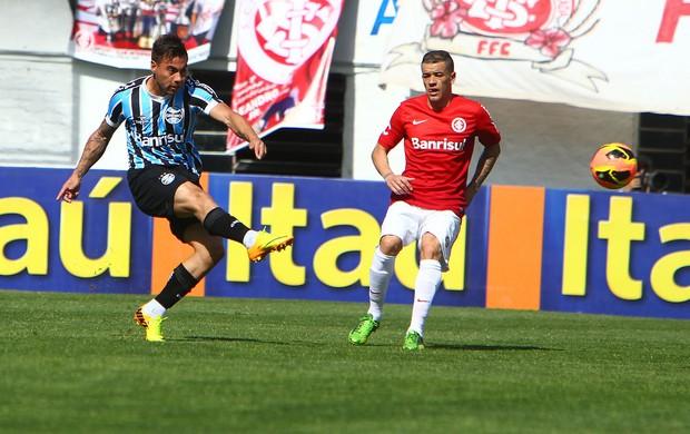 Vargas chuta no Gre-Nal no Centenário (Foto: Lucas Uebel/Divulgação, Grêmio)