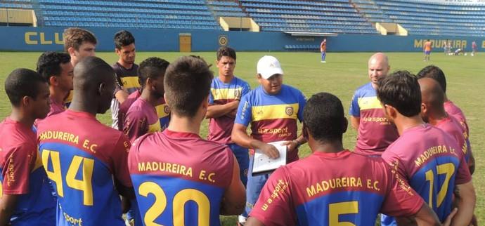 Leston Junior e o elenco do Madureira (Foto: Fabrício Salvador)