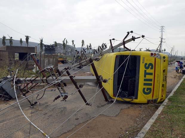 Linhas de transmissão de energia e ônibus foram derrubados por ciclone que atingiu cidade indiana de Visakhapatnam nesta segunda-feira (13) (Foto: REUTERS/R Narendra)