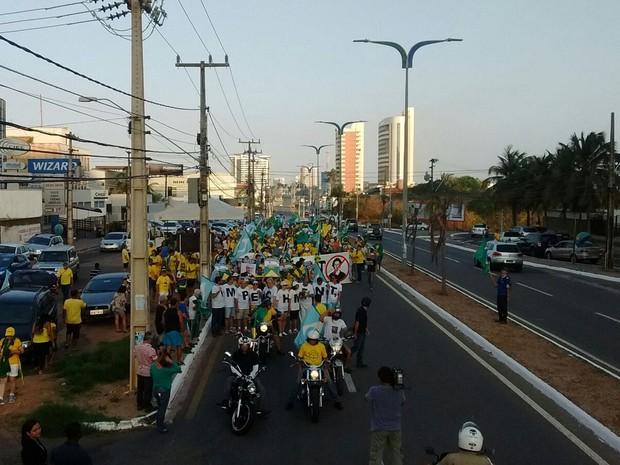 Manifestantes fazem passeata para apoiar processo de impeachment contra Dilma no MA (Foto: João Ricardo Barbosa/G1)