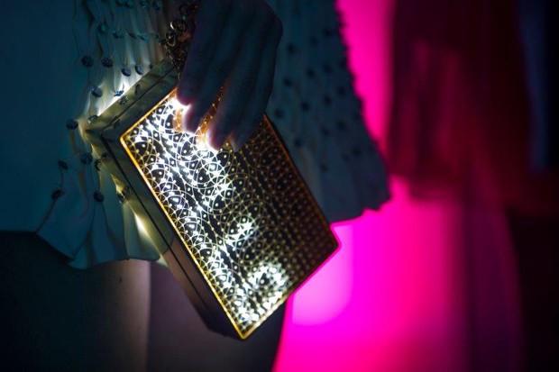 A Mirror Handbag, primeira bolsa de mão interativa do mundo, desenvolvida pela londrina CuteCircuit (Foto: Divulgação)