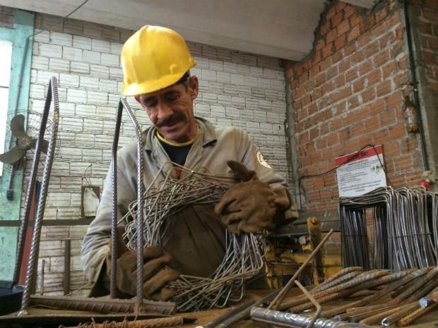 Auxiliar de produção, Camilo está há dois meses no novo emprego (Foto: Caetanno Freitas/G1)