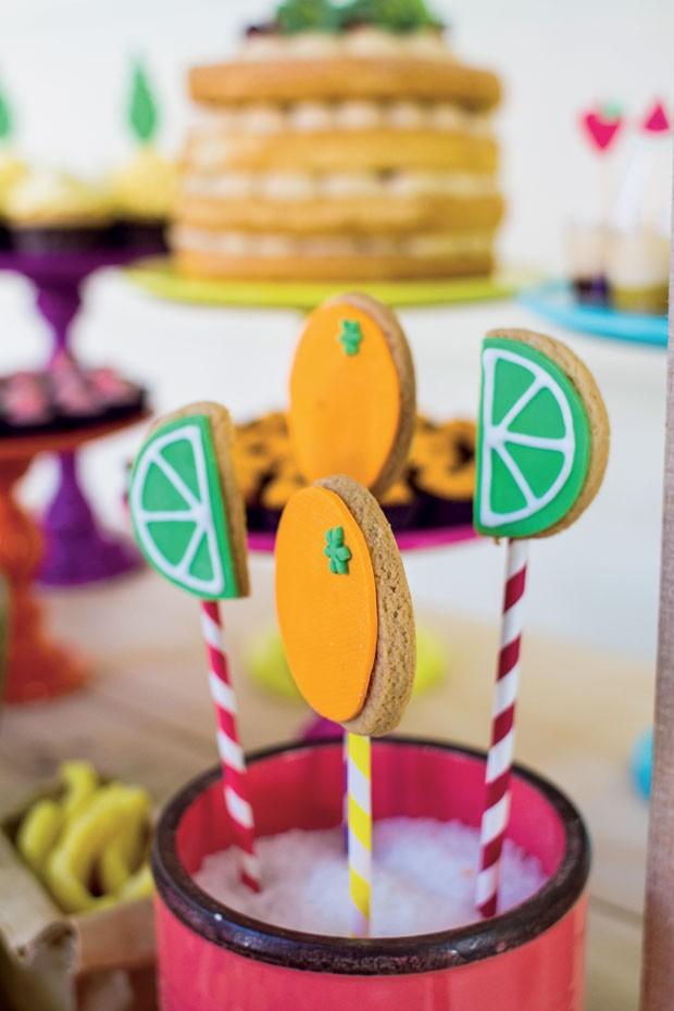 Detalhe – Em um copo colorido, com sal grosso, foram espetados pirulitos de biscoitos amanteigados com desenhos de limão e laranja. (Foto: Thais Galardi/GNT)