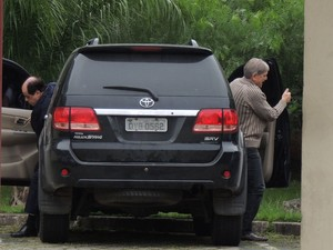 Médico Jorge Cury chega a depoimento no Ministério Público de Ferraz (Foto: Carolina Paes/G1)